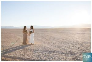 Two brides walking at the dry lake bed in Las Vegas.åç